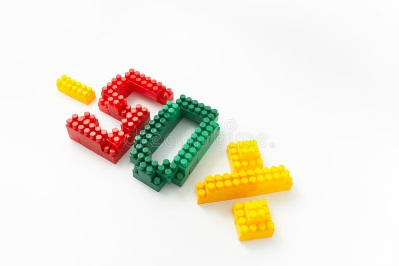 Reducción de precio en porcentaje Un descuento Figuras de un diseñador coloreado de los cubos en un fondo blanco imagenes de archivo