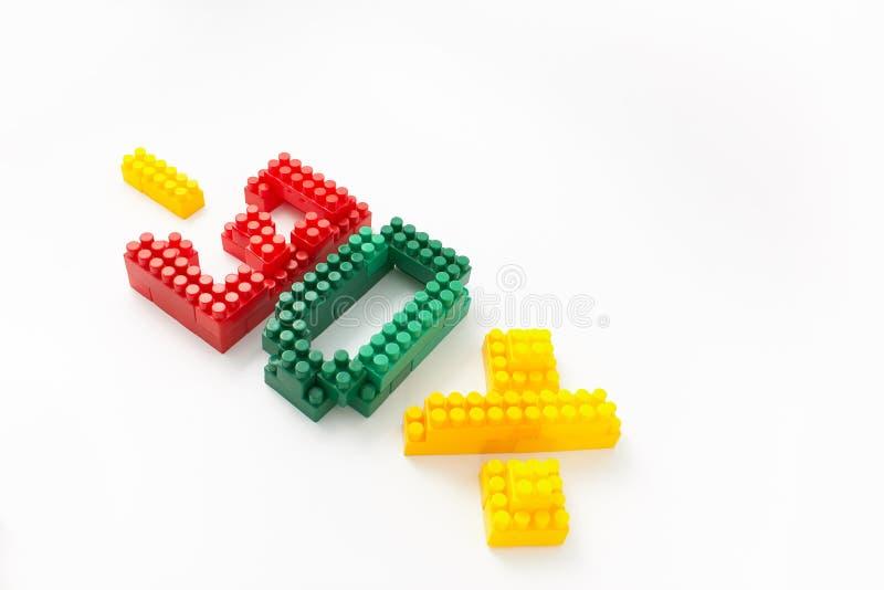 Reducción de precio en porcentaje Un descuento Figuras de un diseñador coloreado de los cubos en un fondo blanco fotografía de archivo