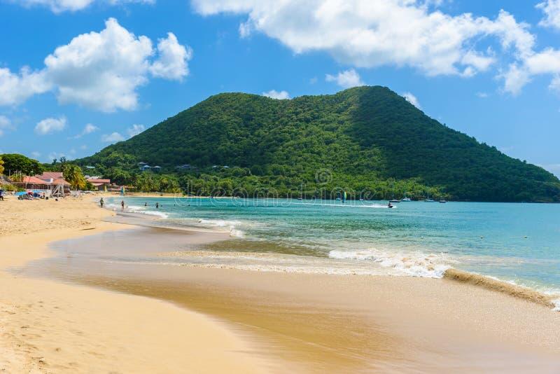 Reduit strand - tropisk kust p? den karibiska ?n av Saint Lucia Det ?r en paradisdestination med en vit sandstrand och royaltyfri fotografi