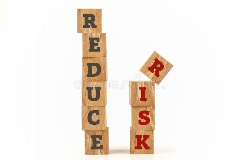 Reduzca la palabra del riesgo escrita en forma del cubo imagenes de archivo