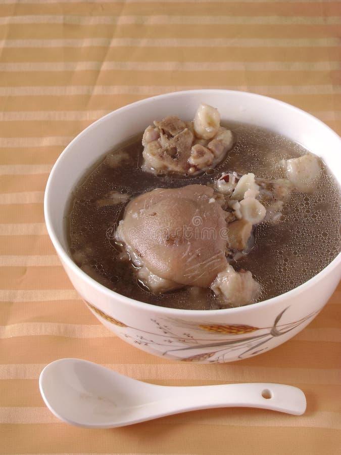 Reduzca la sopa cocinada de las chuletas de cerdo fotos de archivo libres de regalías