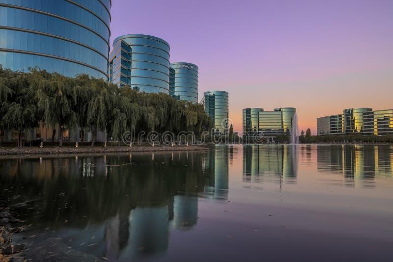 Redwood Shores, Kalifornien - 22. September 2018: Oracle-Hauptsitze und -see mit Sonnenunterganghimmeln lizenzfreie stockfotografie