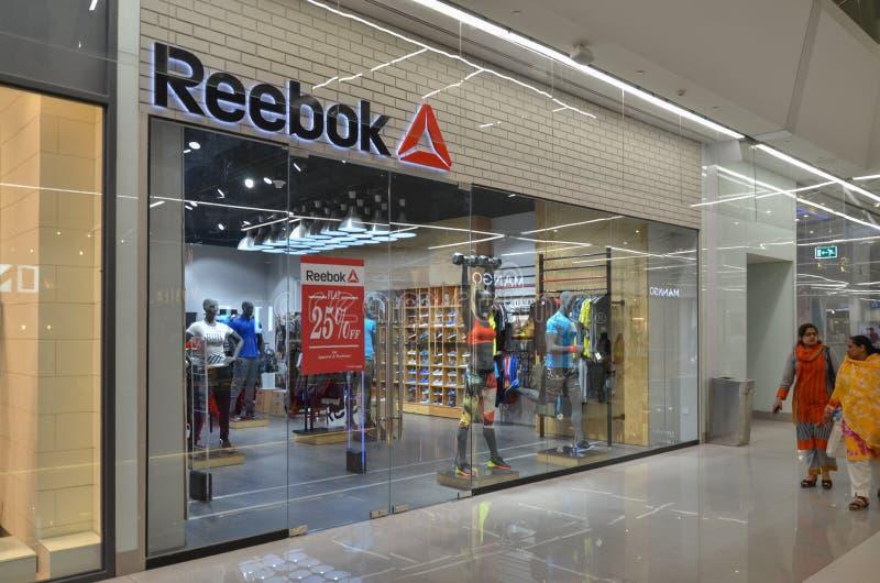 Reebok-Winkel in Emporium Wandelgalerij, Lahore Pakistan op 6 Mei 2017 royalty-vrije stock foto
