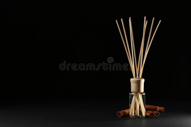 REEDlufterfrischer mit Anis und Zimt auf schwarzem Hintergrund, Raum für stockfotos
