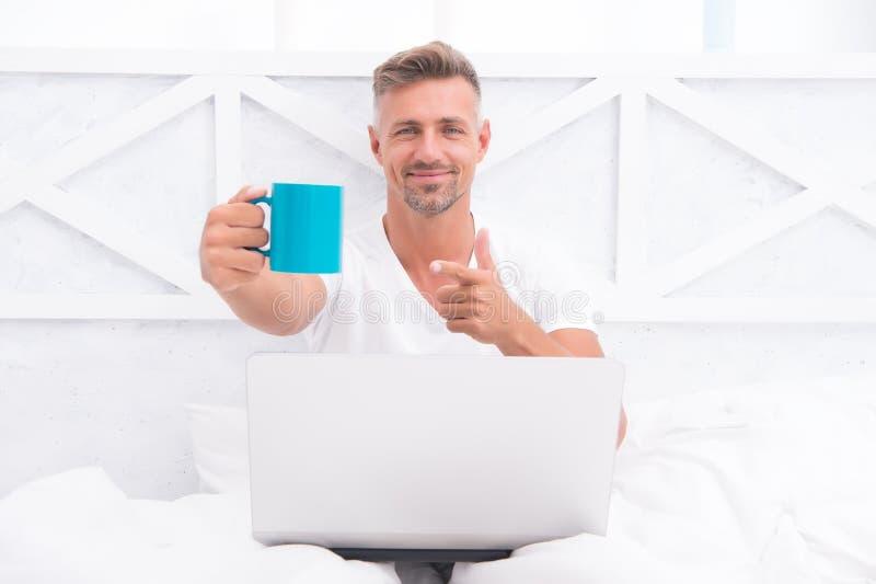 Reeds op het werk Digitale Marketing Verre toegang De pyjama's freelance arbeider die van de Hipster gebaarde kerel thuis ontspan stock afbeelding