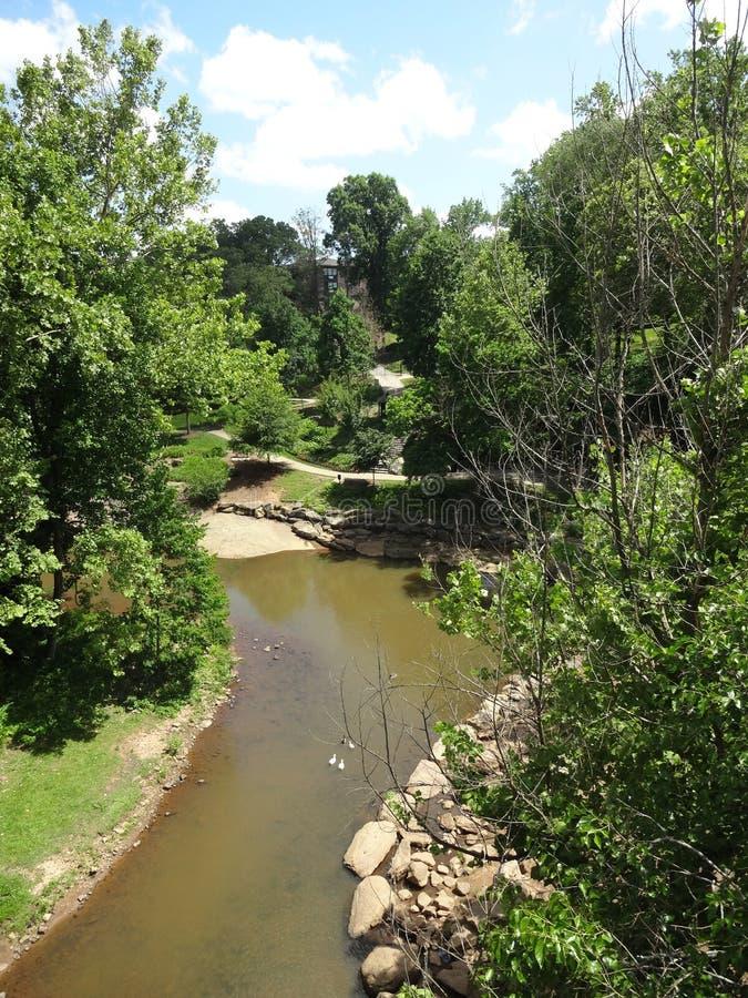 Reedy River em Greenville do centro, South Carolina imagem de stock