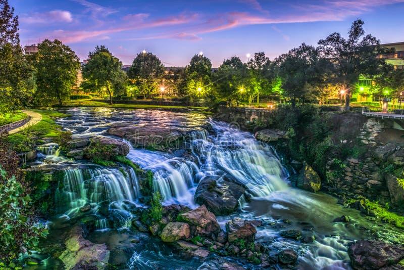 Reedy River Falls Waterfall i i stadens centrum Greenville nedgångar parkerar arkivfoto
