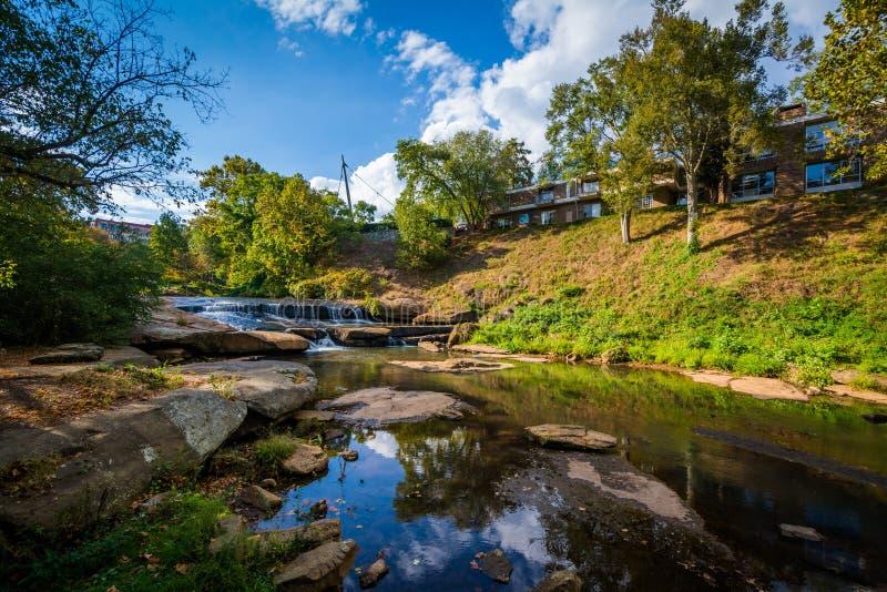 Reedy River på nedgångar parkerar på det gällt, i Greenville, söder arkivfoto