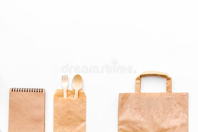 Reeks ambacht bown document kleurenvoorwerpen Lepel, vork, document zak en notitieboekje op witte achtergrond hoogste meningsspot royalty-vrije stock fotografie