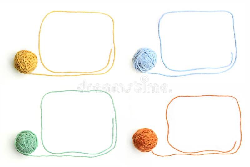 Reeks ballen van de kleurendraad met kaders van draden worden op witte achtergrond worden geïsoleerd gemaakt die stock fotografie