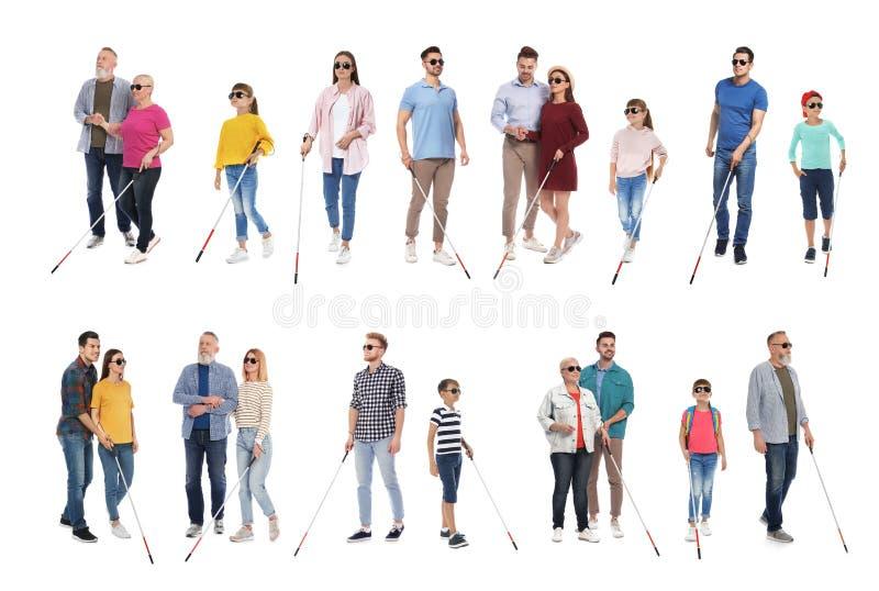 Reeks blinde mensen met lang riet op wit stock fotografie
