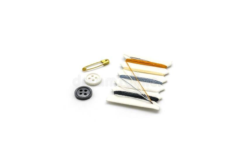 Reeks Broches, knopen, draad naaiende uitrusting op witte achtergrond stock afbeeldingen
