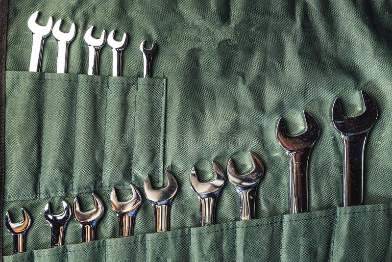 Reeks combinatiemoersleutels op groene stof voor het herstellen en vast royalty-vrije stock afbeelding