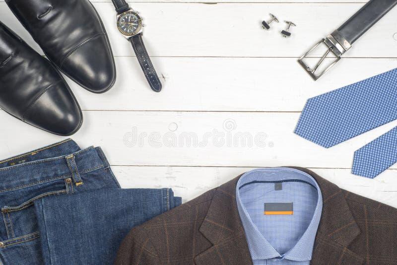 Reeks de kleding en schoenen van mensen op houten achtergrond stock fotografie