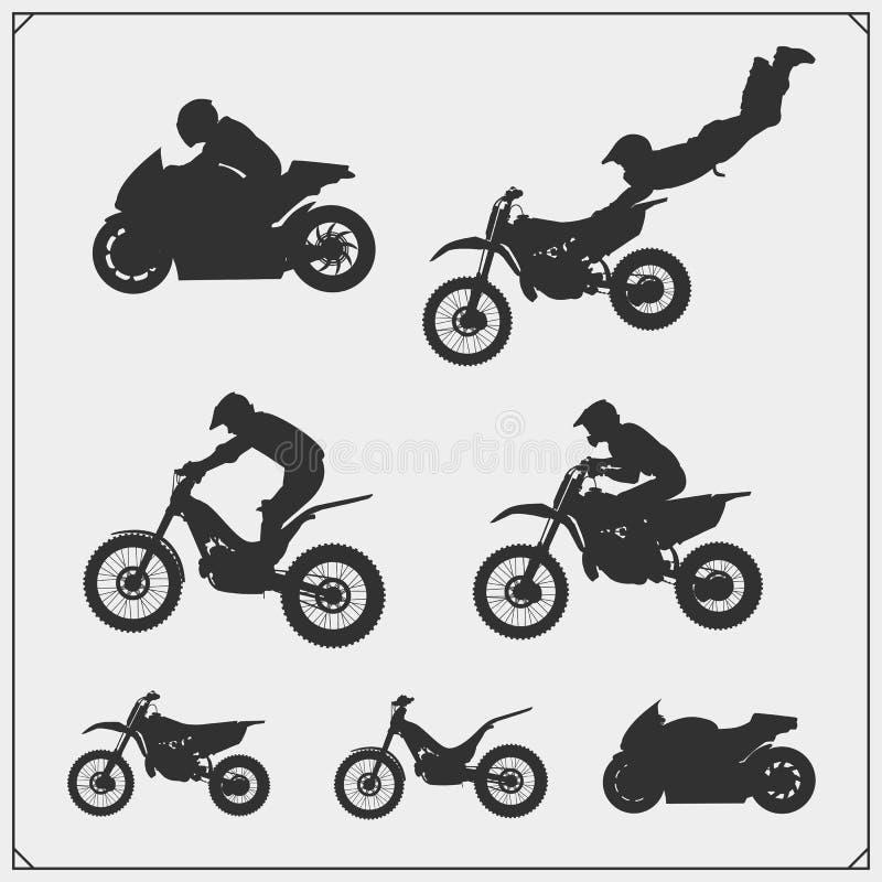 Reeks de silhouetten, de etiketten en emblemen van de motorsport Motocross springende ruiters, motoproef, motovrij slag en motor  vector illustratie