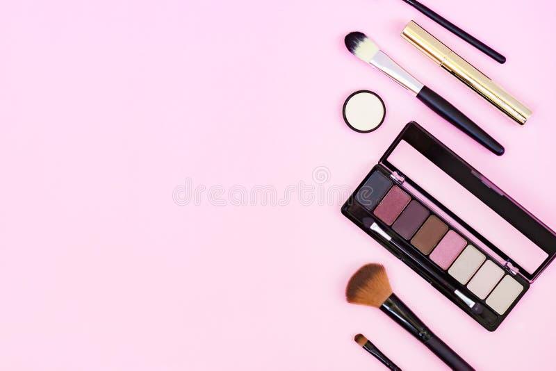 Reeks decoratieve schoonheidsmiddelen op pastelkleur roze achtergrond Ruimte voor tekst stock fotografie