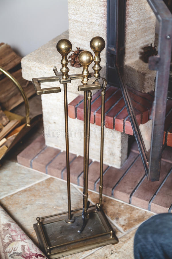 Reeks die hulpmiddelen om open haard schoon te maken, zich op vloer bevinden stock foto