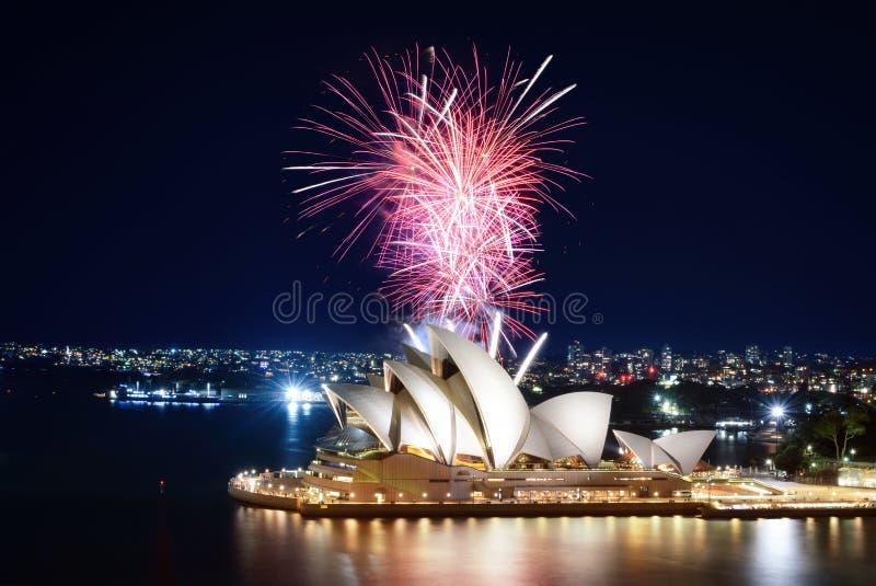 Reeks die roze vuurwerk tot een mooie vertoning over Sydney Opera House en de haven leiden stock foto
