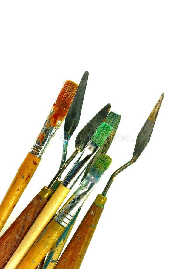 Reeks diverse die het schilderen hulpmiddelen, palet knifes en borstels op witte achtergrond worden geïsoleerd stock foto's