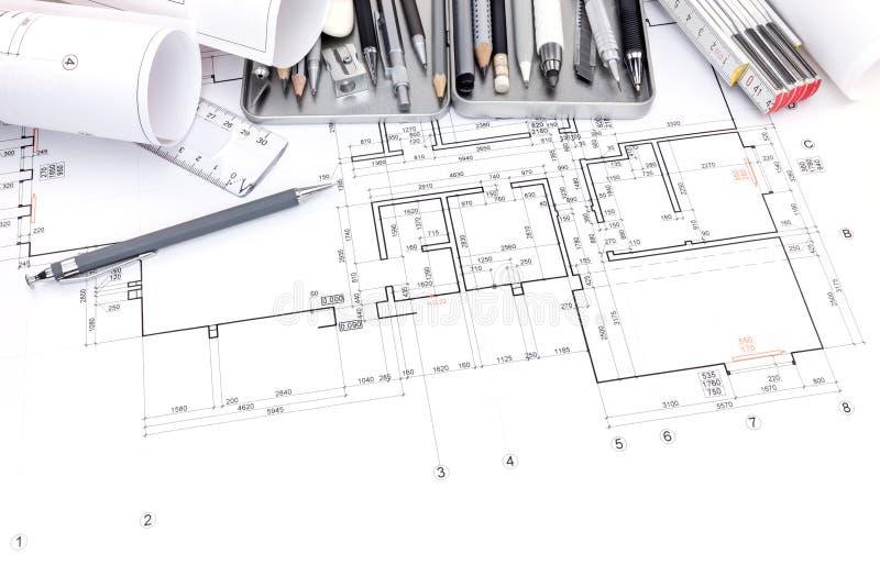 Reeks diverse tekeningshulpmiddelen op papier met grafische plan en bl stock foto's