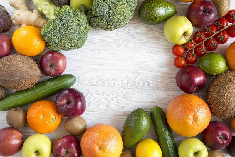 Reeks diverse verse organische vruchten en groenten met exemplaarruimte Hoogste mening Vlak leg royalty-vrije stock afbeelding