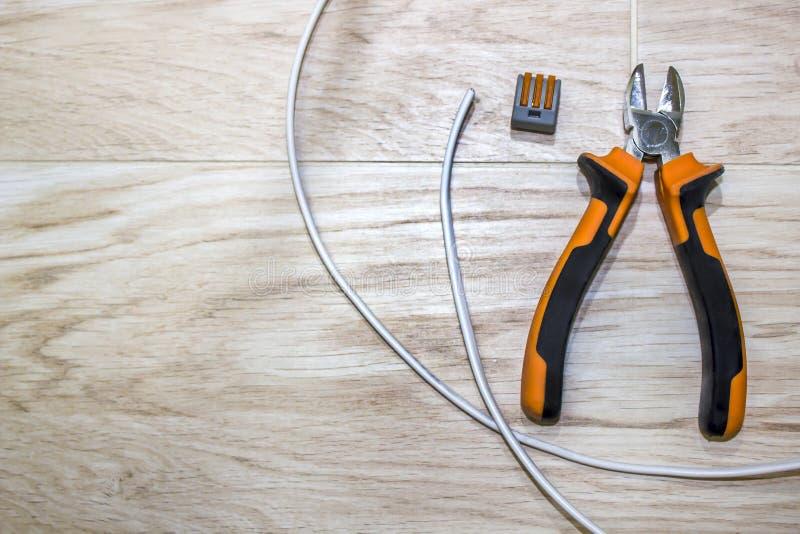 Reeks elektricienhulpmiddelen, een rol van draad en schakelaars royalty-vrije stock foto's