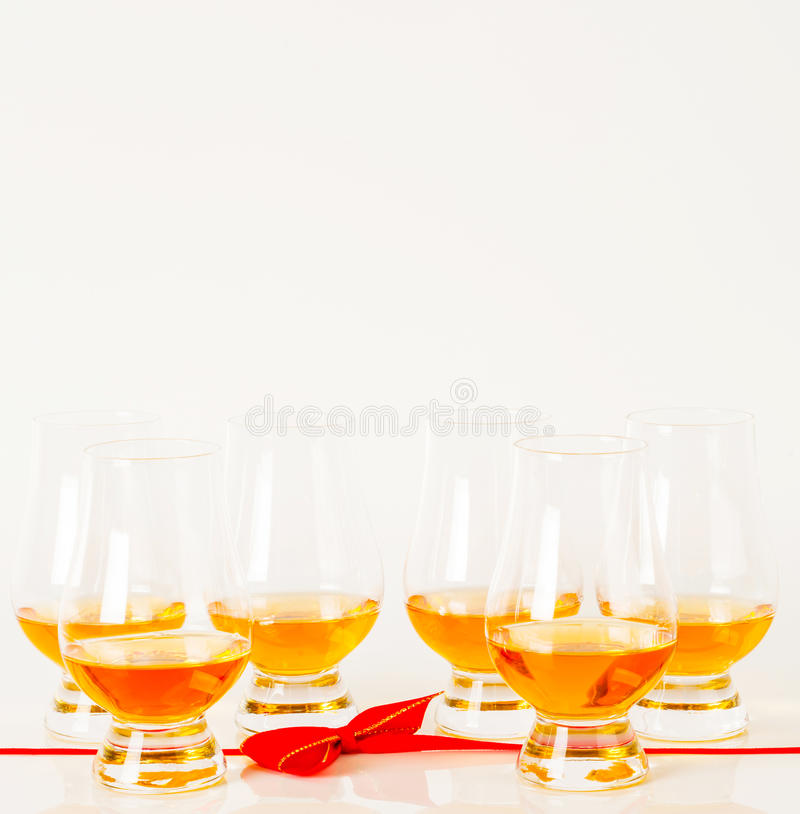 Reeks enige mout proevende glazen, enige moutwisky in glas stock afbeeldingen