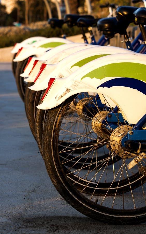 Reeks fietsen beschikbaar aan publiek voor het berijden bij kust in Izmir Turkije royalty-vrije stock foto's