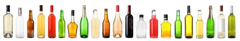 Reeks flessen met verschillende dranken stock fotografie