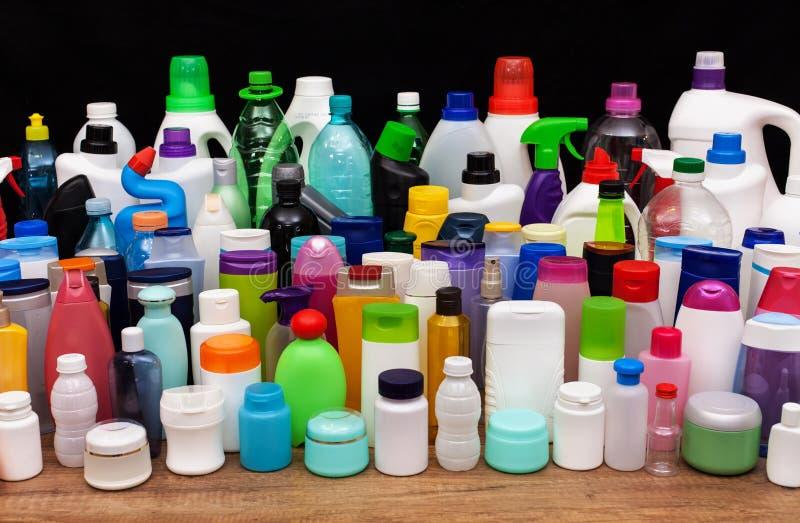 Reeks gebruikelijke plastic flessen van een huishouden - verontreiniging concep stock foto