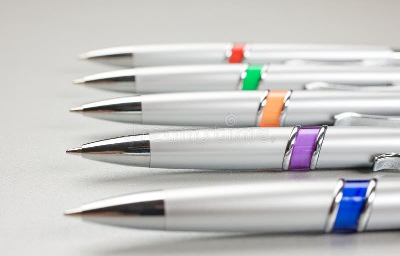 Reeks gekleurde pennen op lijst royalty-vrije stock afbeelding