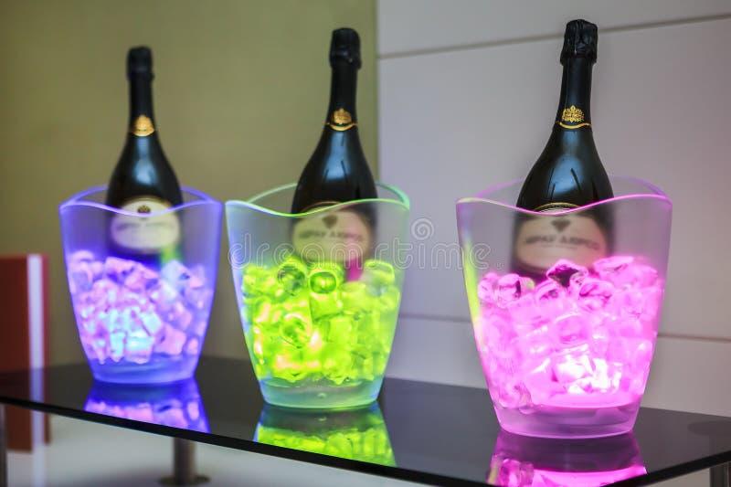 Reeks gekurkte gekoelde chamagne wijnflessen in kommen met ijsbakstenen in de wijn proevende ruimte van Gorki Art Hotel ` s stock foto