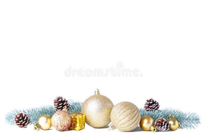 Reeks gouden die Kerstmisballen met decor op wit wordt geïsoleerd royalty-vrije stock afbeeldingen