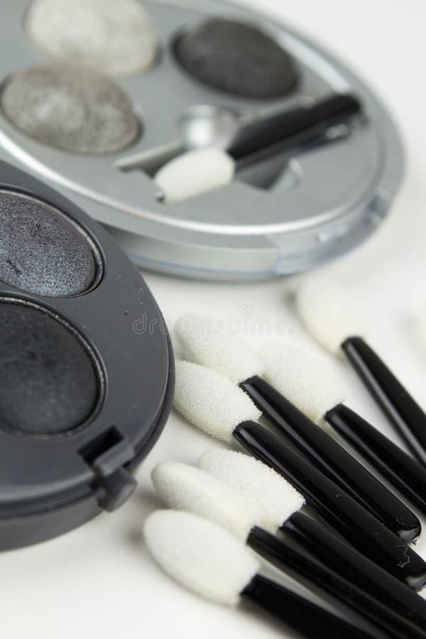 Reeks grijze oogschaduw en instrumentenborstels stock foto's
