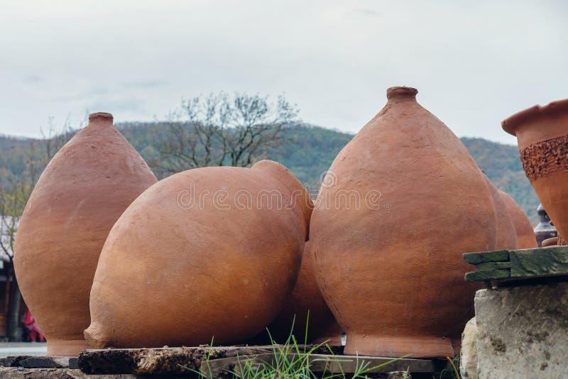 Reeks grote wijnkruiken stock afbeelding