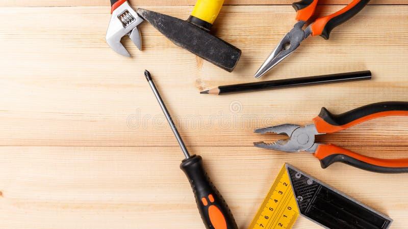 Reeks handhulpmiddelen op houten lijst Instrumenten op houten achtergrond De hulpmiddelen van de reparatie Hoogste mening royalty-vrije stock afbeeldingen