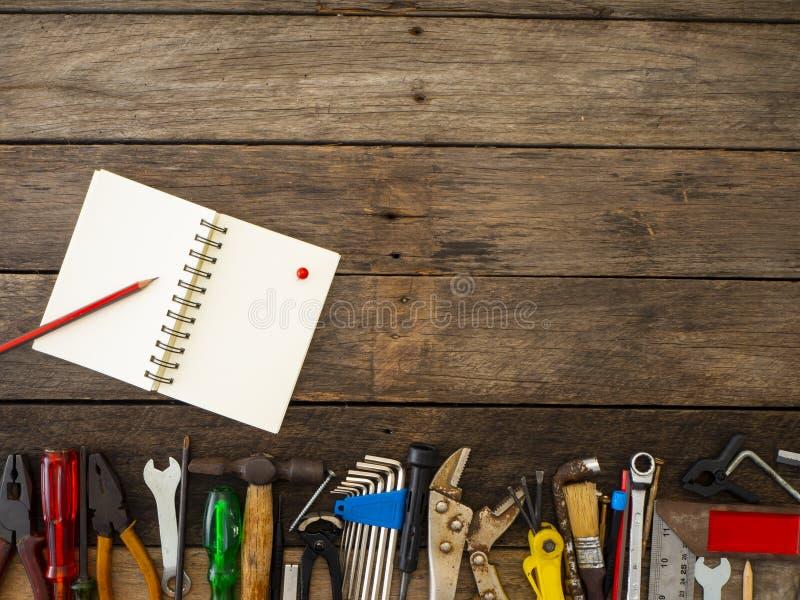 Reeks hulpmiddelen en instrumenten op houten achtergrond royalty-vrije stock fotografie