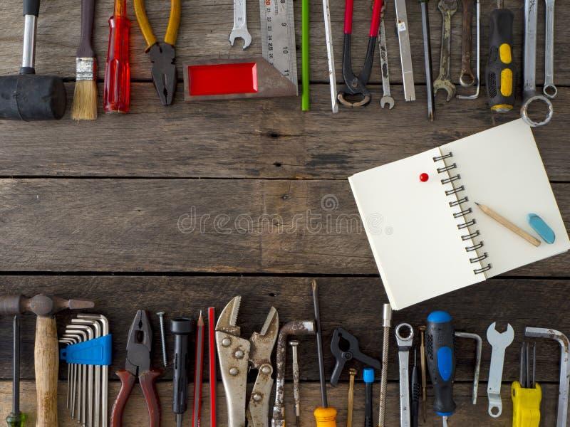 Reeks hulpmiddelen en instrumenten op houten achtergrond royalty-vrije stock afbeelding