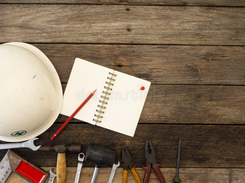 Reeks hulpmiddelen en instrumenten op houten achtergrond stock afbeeldingen