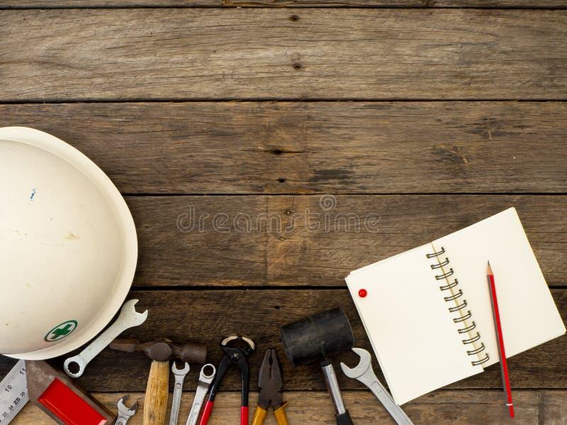 Reeks hulpmiddelen en instrumenten op houten achtergrond stock foto's