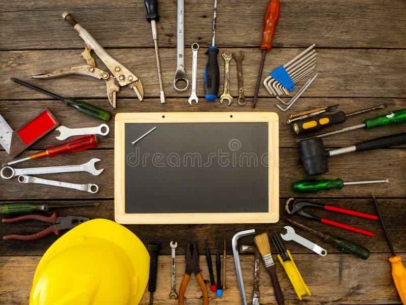 Reeks hulpmiddelen en instrumenten op houten achtergrond royalty-vrije stock foto's