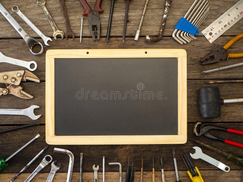 Reeks hulpmiddelen en instrumenten op houten achtergrond stock afbeelding