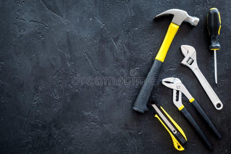 Reeks hulpmiddelen voor bouwstijl en reparatiehuis op donker achtergrond hoogste meningsmodel stock afbeeldingen