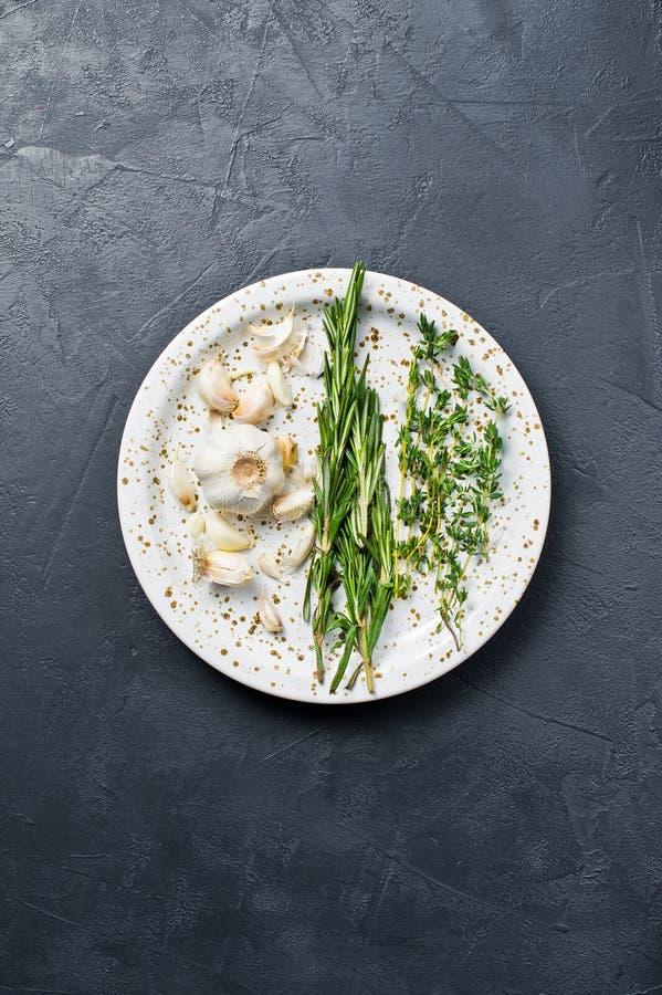 Reeks ingrediënten voor het koken: rozemarijn, thyme Zwarte achtergrond, hoogste mening, ruimte voor tekst royalty-vrije stock afbeelding