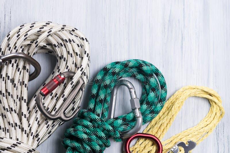 Reeks kabels van verschillende kleuren en grootte voor een rotsklimmer stock foto's