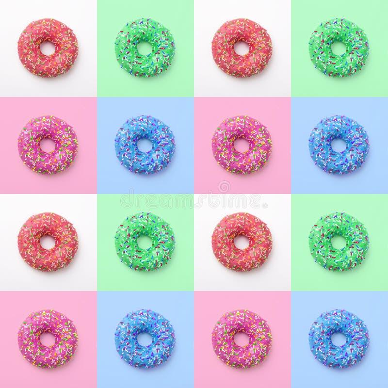 Reeks kleurrijke donuts in suikerglazuur op een gekleurde achtergrond Uitstekende verse heerlijke purpere groenachtig blauwe roze royalty-vrije stock foto
