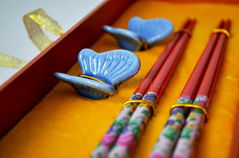 Reeks kleurrijke eetstokjes en vlindertribunes stock foto's