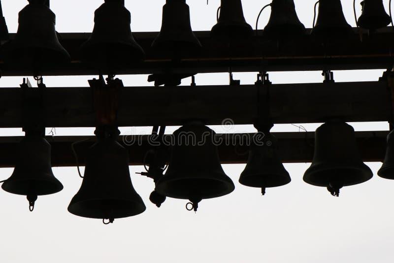 Reeks klokken bij de bovenkant van een kerktoren die worden gevestigd stock fotografie