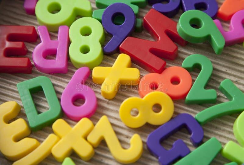 Reeks magnetische brieven en cijfers stock foto's