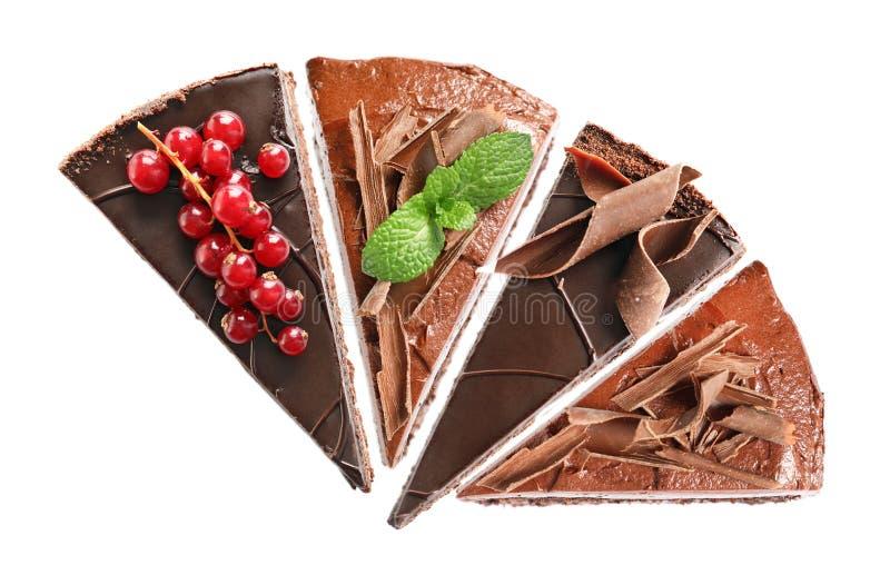 Reeks met de verschillende stukken van de chocoladecake op witte achtergrond stock afbeelding
